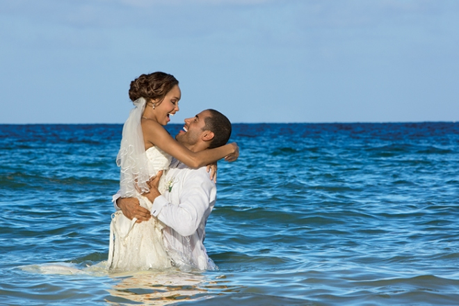 NOSRC_Bride_Groom_In_Sea1_2.jpg